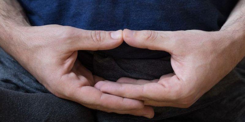 Posición de las manos durante la meditación zen (mudra cósmico) -