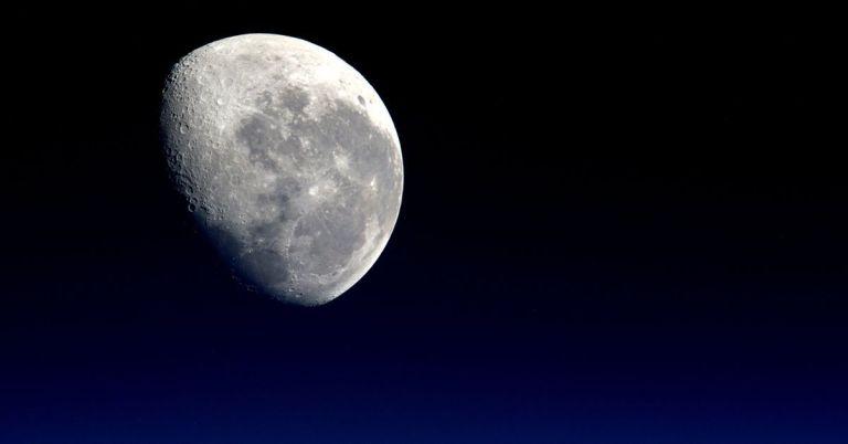 Fotografía de la luna llena en un cielo despejado