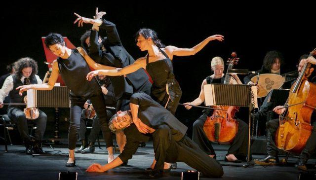 Fotografía de los artististas en una escena de la obra de arte escénico À l'espagnole, fantasía escénica, producida por Accademia del Piacere & Cia Antonio Ruz