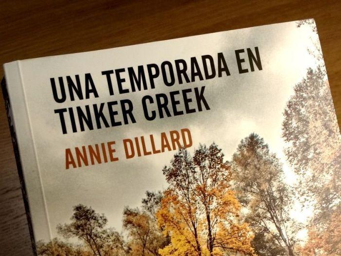 Fotografía del libro Una temporada en Tinker Creek de Annie Dillard editado por Errrata Naturae