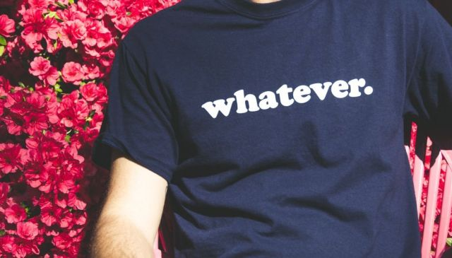"""Fotografía de una persona que lleva una camiseta en la que pone """"whatever"""" para ilustrar el JOMO contra el FOMO"""