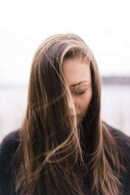 Fotografía de mujer meditando con los ojos cerrados.