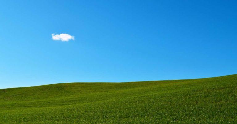 Paisaje con el cielo azul y una nube blanca.