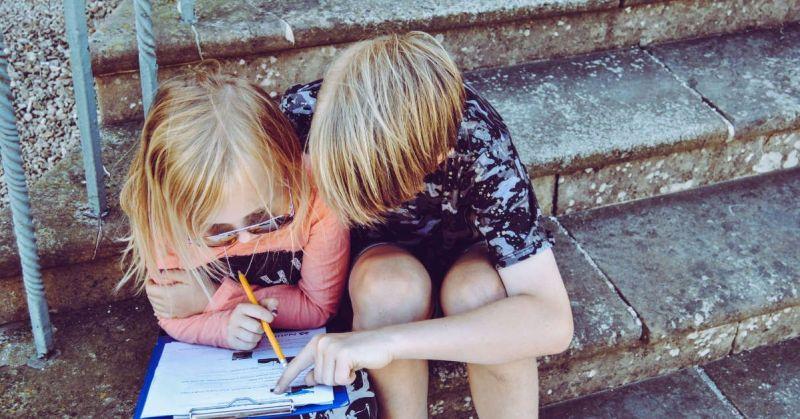 Niños con un cuaderno
