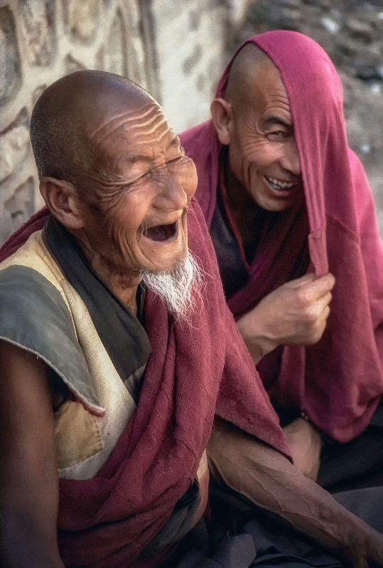 Dos monjes budistas riendo a carcajadas. Bruce Tighe (Unsplash)