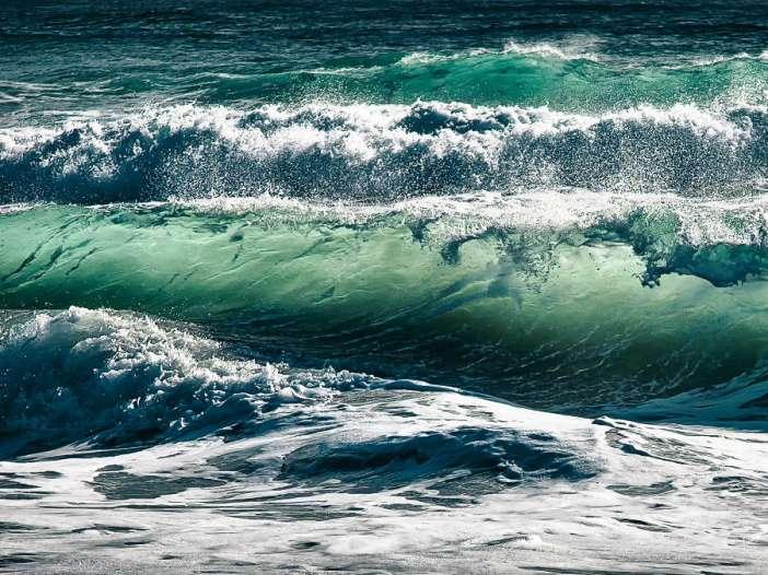 Fotografía de unas olas rompiendo que representa el dolor que surge durante la meditación