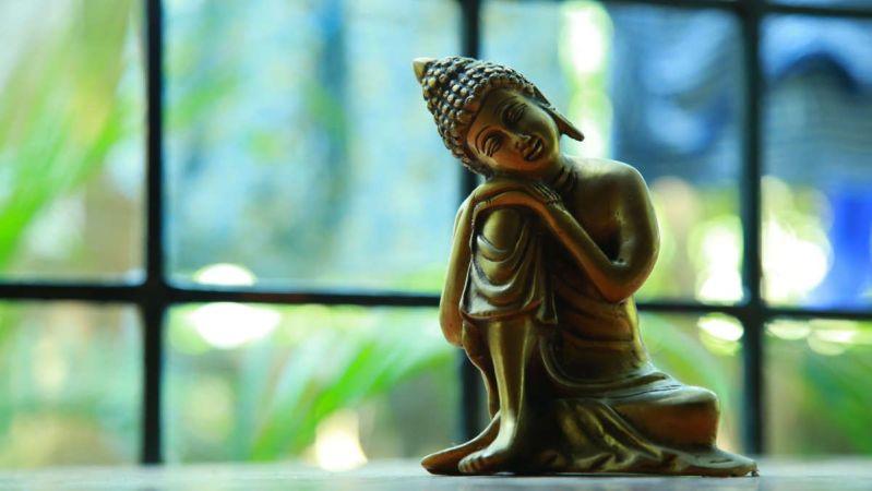 Fotografía de una estatua de Buda en bronce.