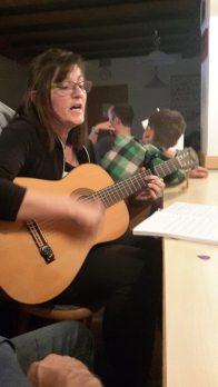 Gemütliches Beisammensein am Abend mit gemeinsamen Singen und Musizieren