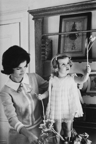 Eve-Arnold-Jackie-Kennedy-and-2yo-Caroline-1960.jpg