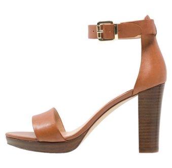 Come abbinare scarpe e vestiti - sandalo alto