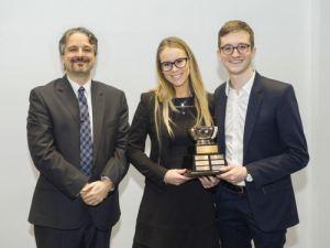 Stéphanie Gascon et Christopher Fraticelli-Tassé (tandem appelant de l'Université d'Ottawa), prix remis par Me Luc Boulanger-Milot (SOQUIJ).