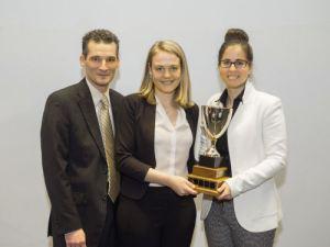 Tandem intimé McGill : Michèle Giguère/Gabrielle Tremblay. Prix remis par Pr Patrick Mignault, Co-président du Concours Mignault 2016.