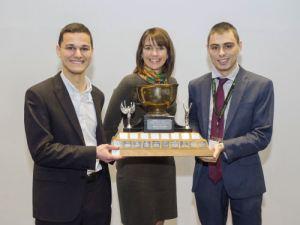Jason Stober et Alexandre Toso (tandem intimé de l'Université d'Ottawa). Prix remis par : Pre Anne-Marie Savard – Co-présidente du Concours Mignault 2016 et représentante UdeS de l'A.P.D.Q.