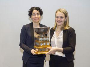 Gabrielle Tremblay (du tandem intimé de l'université McGill). Prix remis par : Pre Marie-Pierre Robert, Vice-doyenne aux études, Faculté de droit de l'UdeS