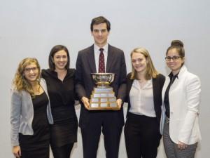 Alexandra Freedman, Aurélie Lanctot, Michèle Giguère, Gabrielle Tremblay (Université McGill). Prix remis par : Me Antoine Aylwin, vice-président du Barreau du Québec.