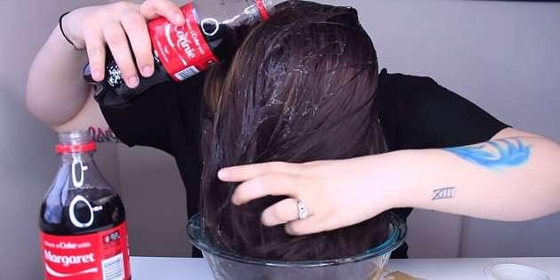 ¿Qué pasa si enjuagas tu cabello con Coca Cola?