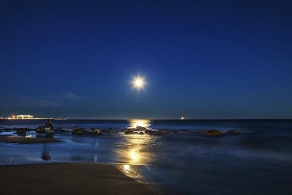 ¿La luna es capaz de modificar las mareas?