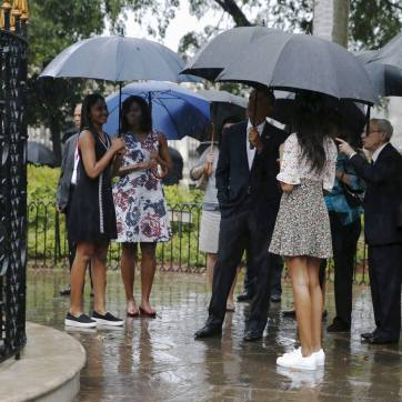 U.S. President Barack Obama (C) and his family take a walking tour of Vieja Havana with historian Eusebio Leal (R) in Havana March 20, 2016. Also pictured are first lady Michelle Obama (2nd L) and daughters Sasha (L) and Malia (2nd R, back to camera). REUTERS/Jonathan Ernst