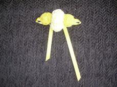 broche amarillo