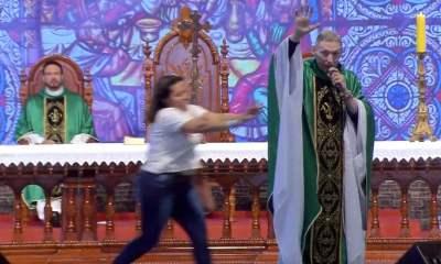 VÍDEO: Mulher joga padre Marcelo Rossi do palco de evento em SP 23