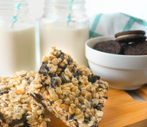 Oreo Rice Krispies are the perfect lunch box snack or afterschool treat to connect with your kids over a delicious treat! Try these gooey oreo rice Krispie treats today!