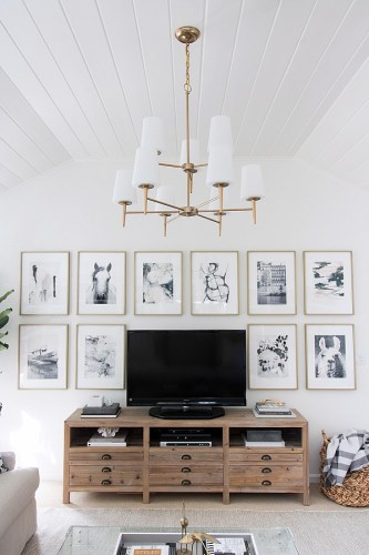 idea-for-decorating-around-tv-art-hung-in-grid