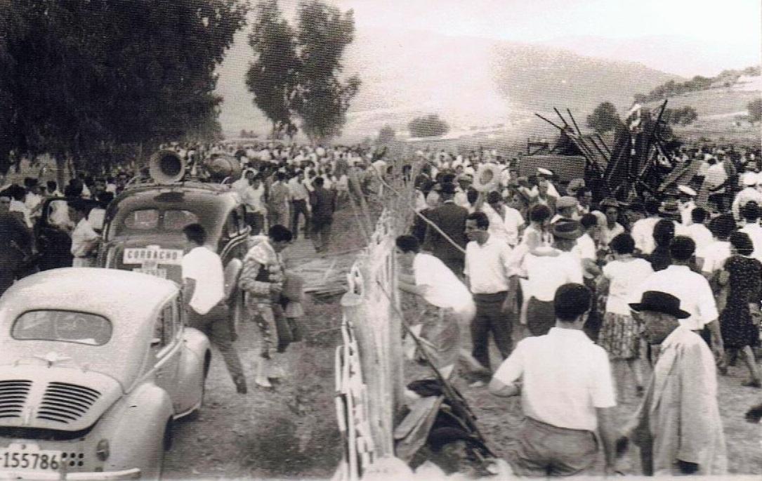 El vehículo del torero Carlos Corbacho momentos antes de abandonar el lugar. Aparece también el cercado de caña del campo de fútbol donde se instaló la plaza. 17 de agosto 1961