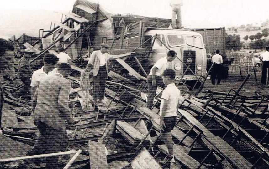 Lo que quedó en pie, el camión que portaba los toros que apenas pudo soportar la parte que cayó sobre su lateral, en tanto se observa a todos mirando hacia las tablas por si aún se encontraba alguna persona atrapada bajo los hierros y maderas. 17 de Agosto 1961.