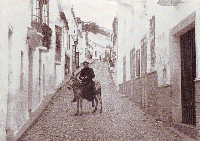 El sacerdote Alegre, Manuel Alegre Rodriguez montado en un asno en la arteria de Jimena, calle Sevilla. Fue el único espectador que se mantuvo en su sitio. 17 de agosto de 1961