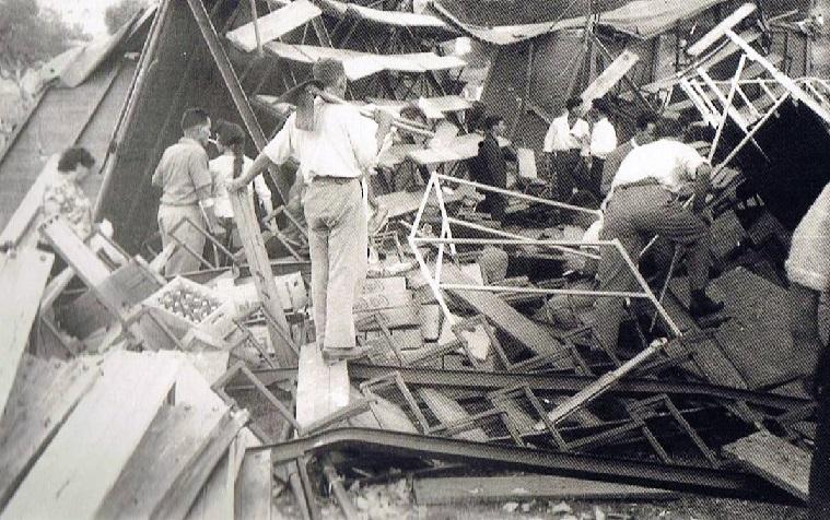 Todo lo que hibiera a mano para sacar gentes de debajo de las tablas y de los hierros, como este voluntario dotado de una zoleta para lo que hiciera falta. 17 de agosto 1961