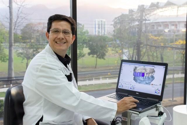 Dr. José Garita en su consultorio