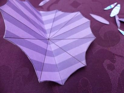 5 : Après avoir découpé un cercle uni, collez-le sur le dessus de votre ombrelle, puis marquez chaque pli de votre ombrelle vers l'intérieur