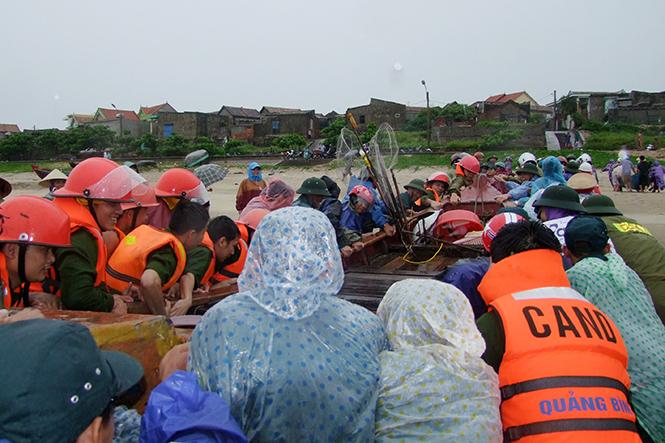 Lực lượng Công an Quảng Bình cứu hộ thành công hàng chục chiếc thuyền và hàng trăm ngư dân bị giông lốc trên biển ở huyện Bố Trạch (ngày 13 tháng 5 năm 2016). Ảnh: Quang Văn