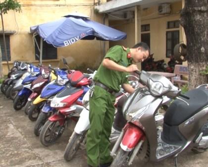 Xe máy bị thu giữ tại cơ quan điều tra.