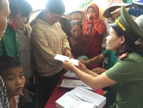 Niềm vui của bà con nhân dân xã Quảng Kim khi nhận được quà