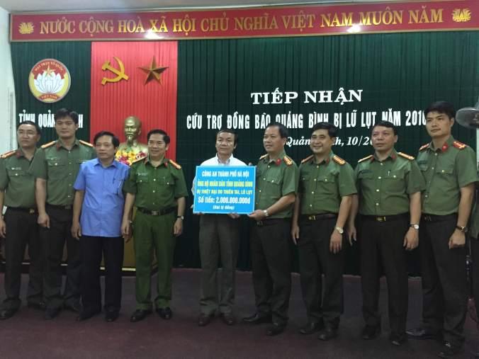 2 tỷ đồng được trao cho bà con nhân dân vùng lũ Quảng Bình