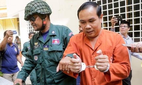 Nghị sĩ đối lập Campuchia Um Sam An bị cảnh sát áp tải. Ảnh: Phnom Penh Post