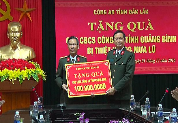 Đồng chí Đại tá Nguyễn Quốc Tường, phó giám đốc Công an tỉnh Quảng Bình đón nhận tình cảm của Công an tỉnh Đắc Lắc.