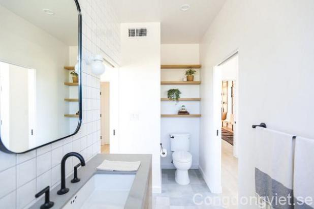 Phòng tắm trên tầng hai được đặt ở phía trong cùng của hai phòng ngủ, đơn giản và tinh tế với màu trắng.