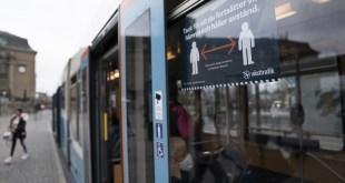 Các biển khuyến cáo người dân giữ khoảng cách ở giao thông công cộng