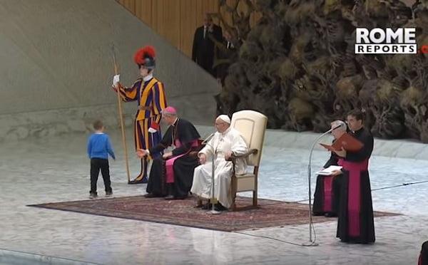Cậu bé đặc biệt tại buổi tiếp kiến chung của Đức Giáo Hoàng