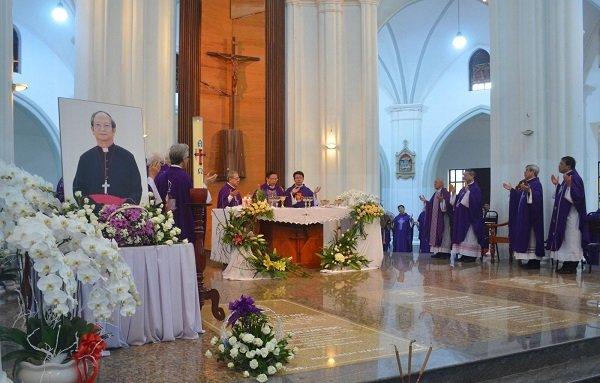 Mộ phần Đức Tổng Phaolô Bùi Văn Đọc đặt cạnh Đức Tổng Phaolô Nguyễn Văn Bình và Đức Giám mục Louis Phạm Văn Nẫm