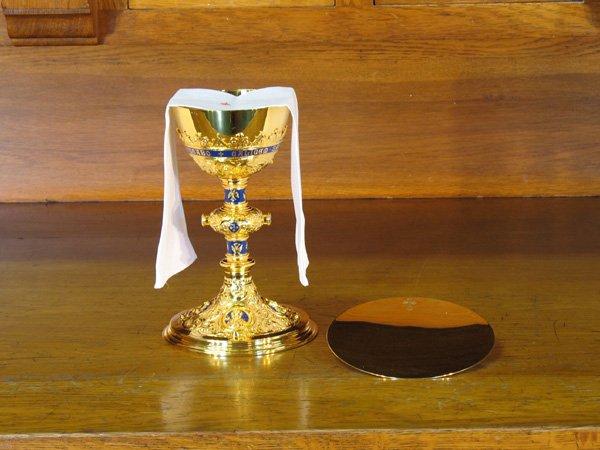 Cách xếp đặt nhiều Chén thánh và Bình thánh trên bàn thờ