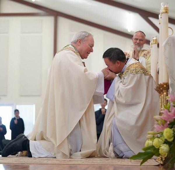 Đức Cha quỳ xin Cha mới Chúc Lành, một hình ảnh thật đẹp nơi vị mục tử 2