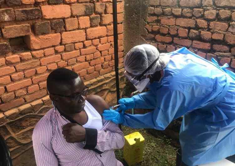RDC/Nord-Kivu: pour couper cours à la rumeur sur Ebola, le gouverneur se fait vacciner avec quelques députés