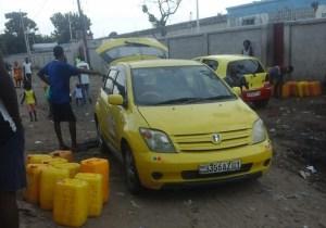 Kinshasa : des agents de la REGIDESO vendent des bidons d'eau à Bumbu !