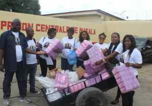 """Kinshasa : """"Outre Neuve Asbl"""" gratifie les prisonnières de Makala des bandes hygiéniques"""