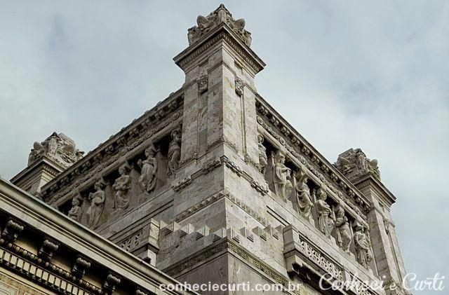 As cariátides ornamentais da torre do Palácio Legislativo