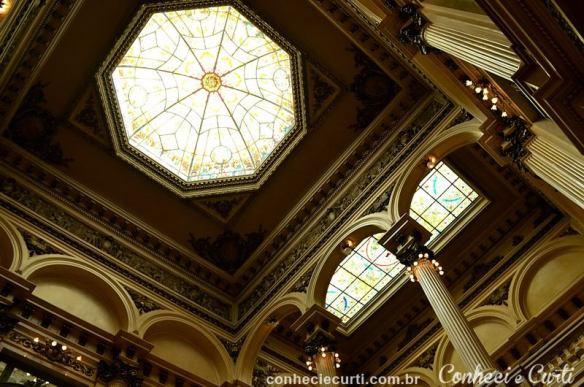 Os vitrais do teto do Teatro Colón.
