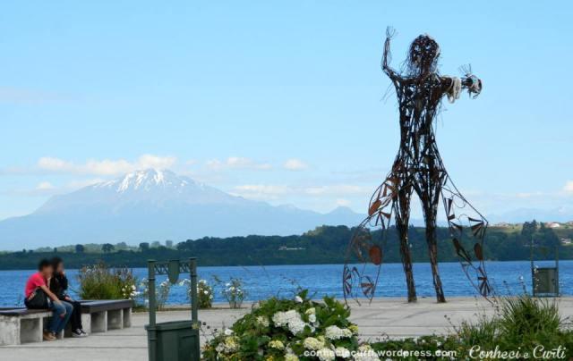 Escultura em ferro, Puerto Varas. Ao fundo o vulcão Calbuco.